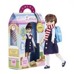 """Εκπαιδευτική κούκλα βινυλίου """"Μαθήτρια"""". Από την εταιρία Lottie.  Η Lottie φοράει τη μαθητική στολή του σχολείου της, που αποτελείται από μία μπλε ναυτική φούστα με τιράντες, λευκό πουκάμισο με φιόγκο, άσπρες κάλτσες και μπλε παπούτσια. Ένα ζευγά"""